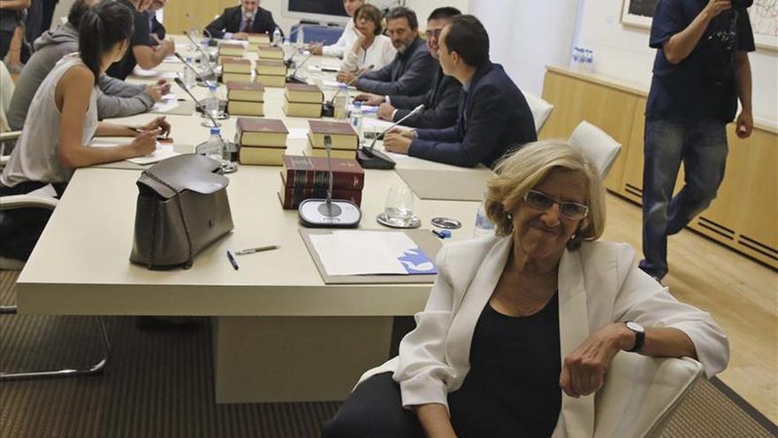 La nueva alcaldesa de Madrid, Manuela Carmena, posa para los fotógafos momentos antes de la primera Junta de Gobierno del Ayuntamiento ...