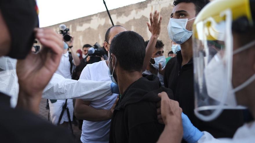 """Vecinos de Gran Canaria se organizan para perseguir a personas migrantes: """"Los moros van a morir, te lo digo así de claro"""""""