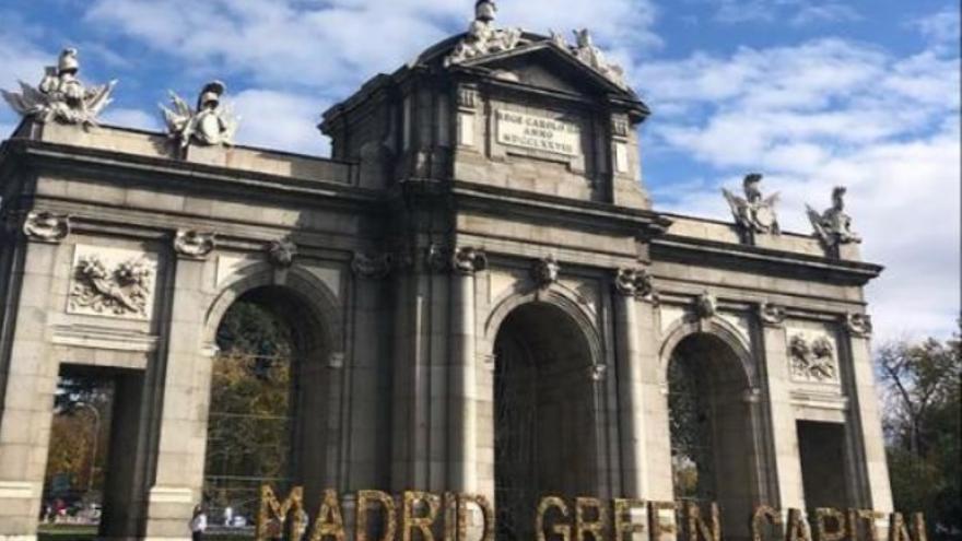 Rótulo de Madrid Green Capital elaborado con hojas secas y colocado en la Puerta de Alcalá. / Ayuntamiento de Madrid