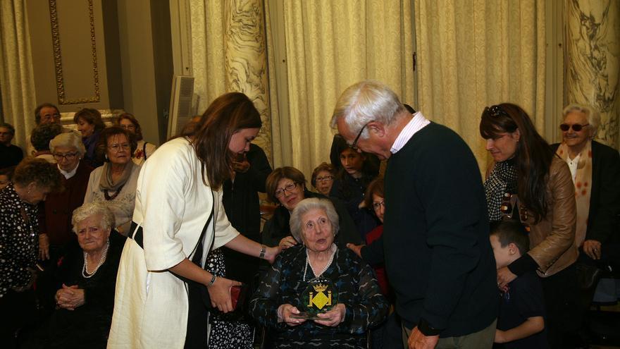El alcalde, Joan Ribó, y la concejala de Personas Mayores, Sandra Gómez, con uno de los homenajeados