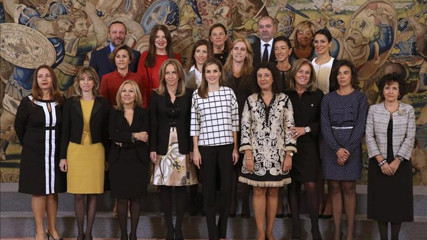 La Reina trata con mujeres profesionales los obstáculos que dificultan la igualdad