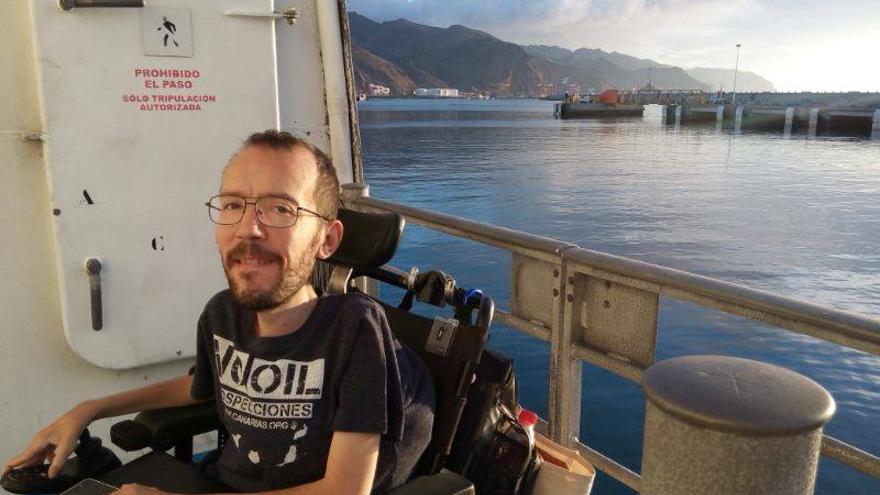 """Pablo Echenique en Canarias """"Aquí, con los contenedores de Cañete"""", dice en su Facebook"""