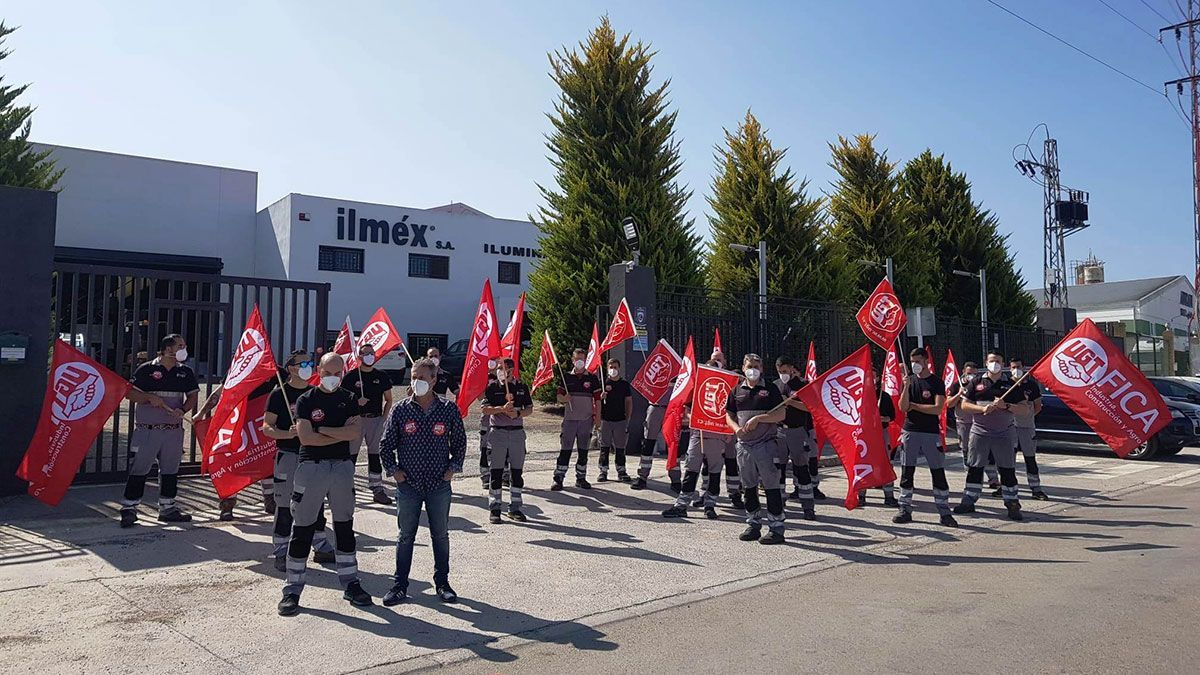 Trabajadores durante la huelga parcial de Ilméx.