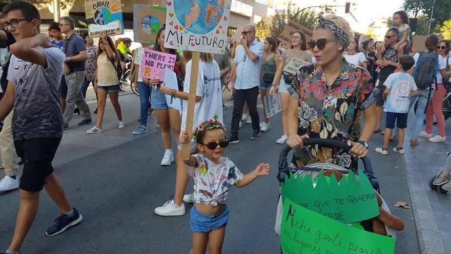Una niña y una mujer en la manifestación convocada en Murcia contra el cambio climático.
