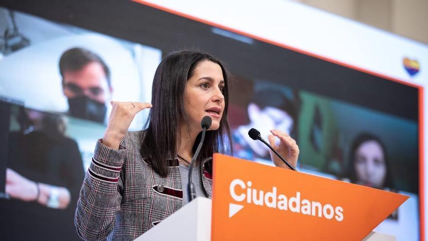 La presidenta de Ciudadanos, Inés Arrimadas, en una rueda de prensa en la sede del partido tras mantener una reunión telemática con los coordinadores autonómicos de Cs.
