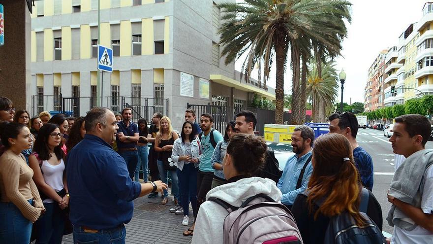 Los estudiantes y el verseador en la calle Tomás Morales con Calle Murga. (Eva González).