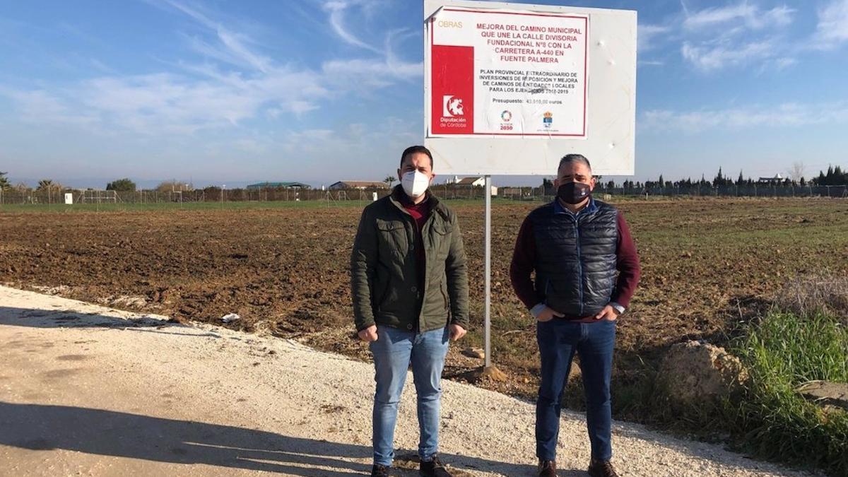 Olmo y Ruiz en uno de los caminos de Fuente Palmera donde interviene la Diputación.