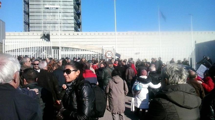 Los trabajadores de RTVV se concentran a las puertas de la sede de Canal 9 en Burjassot
