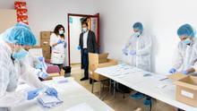 Los 320.000 sobres con mascarillas preparados en el Albergue municipal de Zaragoza ya han sido enviados a los mayores de 65 años