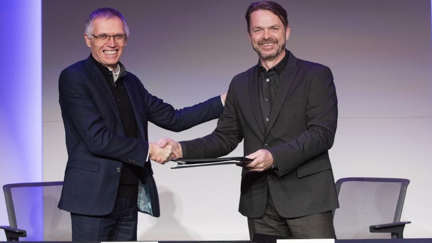Carlos Tavares, presidente del grupo PSA y Mike Manley, presidente del grupo FCA durante la firma de la fusión