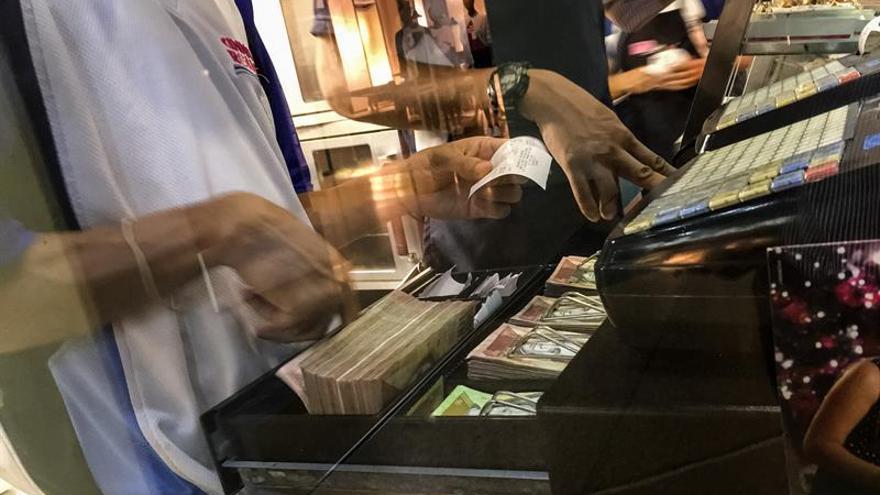 La larga y accidentada despedida del billete de 100 bolívares venezolano