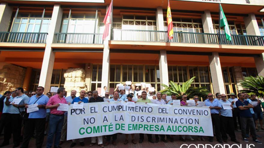 Los trabajadores de Aucorsa protestan ante el Ayuntamiento   ÁLVARO CARMONA