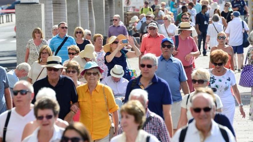 Turistas extranjeros, en un paseo de la capital grancanaria