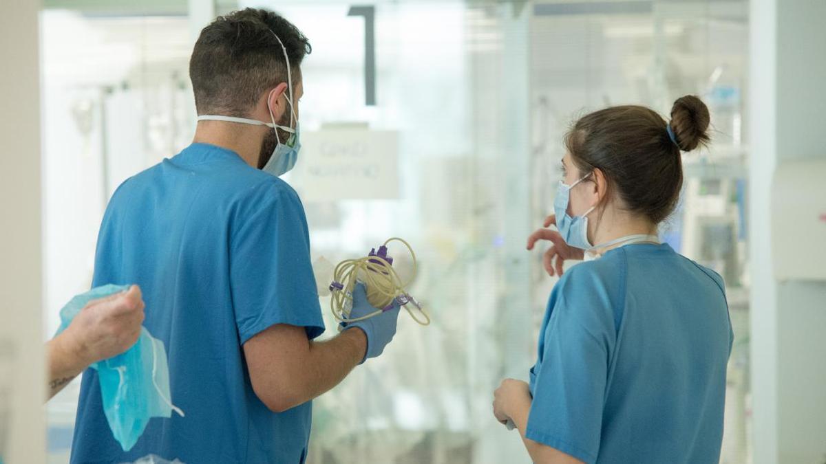 Sanitarios atienden a un hospitalizado con coronavirus.