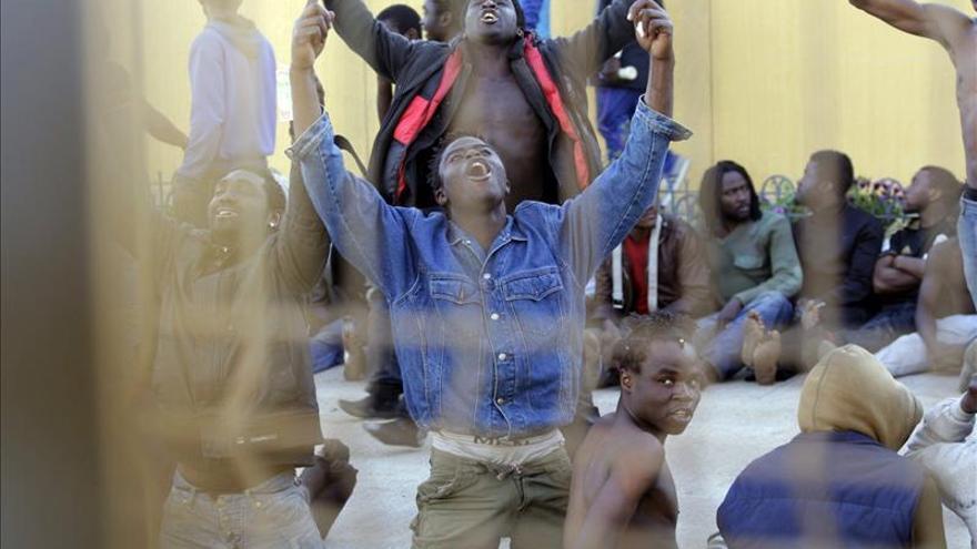 Inmigrantes celebran su llegada a España dentro del CETI después de haber logrado saltar la valla de Melilla/ Efe