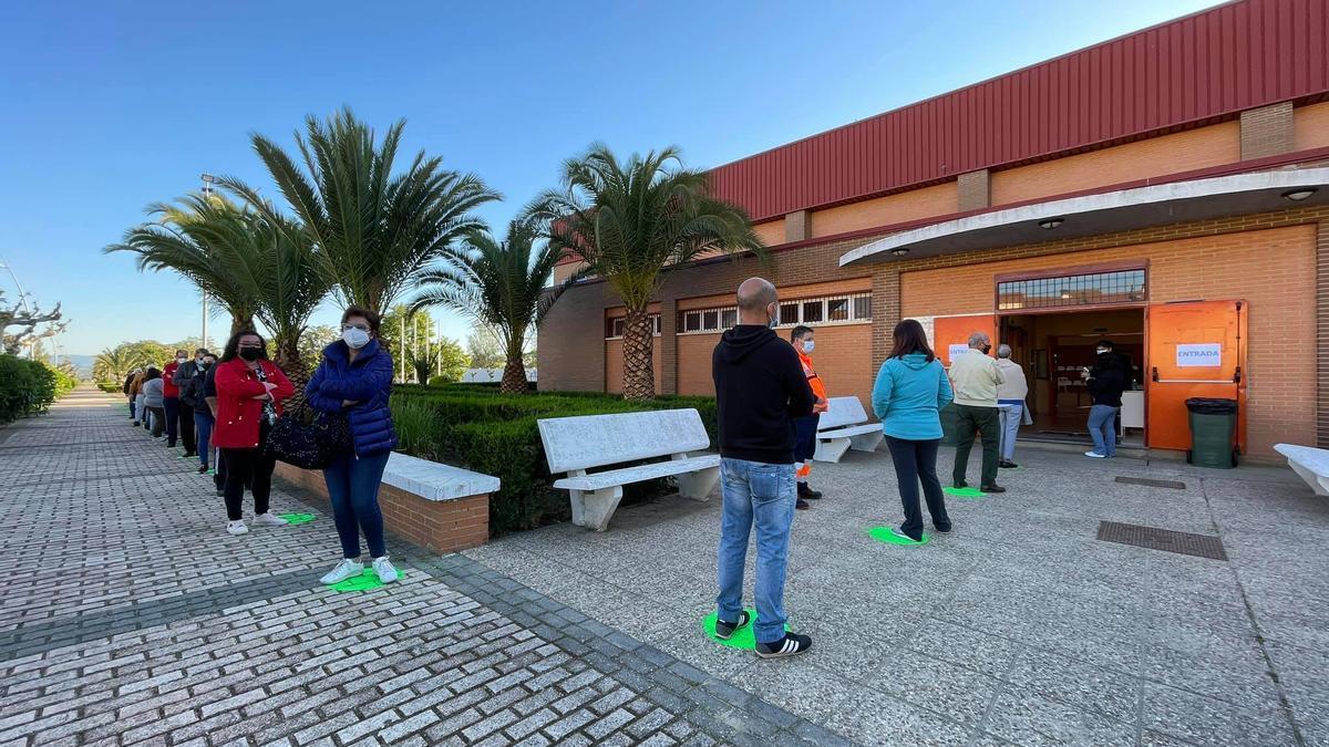Vecinos de Navalvillar de Pela (Badajoz) esperan su turno para realizarse una prueba PCR por el brote de los esquiladores