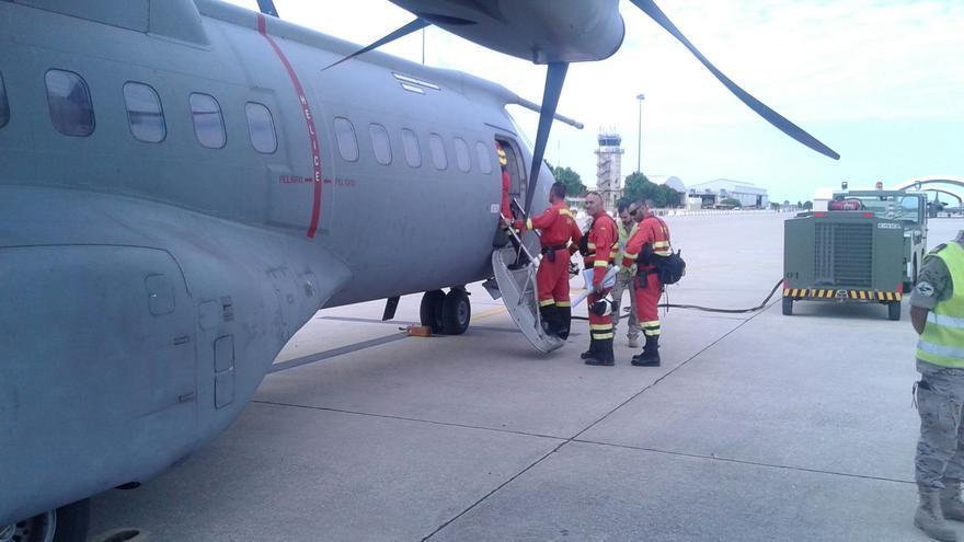 En la imagen, efectivos de la UME subiendo a un avión militar.
