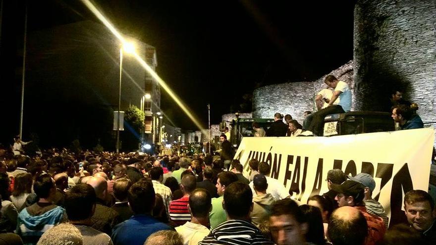 Asamblea de ganaderos en torno a la Muralla de Lugo, este martes / X.V.