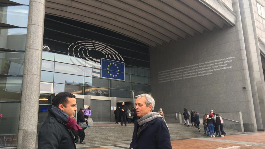 Abel Morales, junto a un asistente de la Oficina del Gobierno de Canarias en Bruselas
