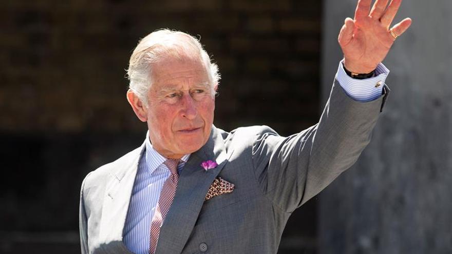 El príncipe de Gales, Carlos de Inglaterra a su salida de Guildhall, en Salisbury, Reino Unido.