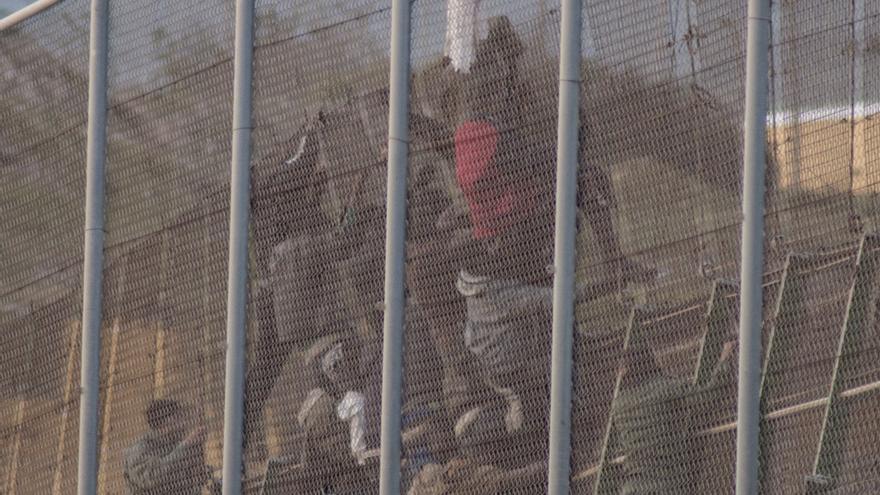 Fuerzas auxiliares marroquíes entran entre las vallas españolas y empuajan hacia Marruecos a los inmigrantes con la punta de sus rifles/ Blasco de Avellaneda