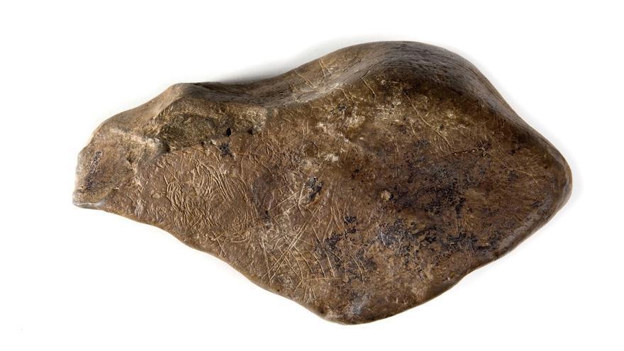 El Museo de Navarra realiza una réplica de la pieza paleolítica 'Mapa de Abauntz' y la presta al Museo Oteiza