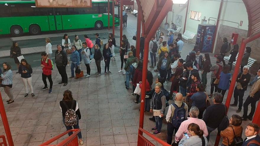 Caos de viajeros en la estación de autobuses de Guadalajara el pasado 9 de octubre FOTO: Twitter @AfectadosxAlsa