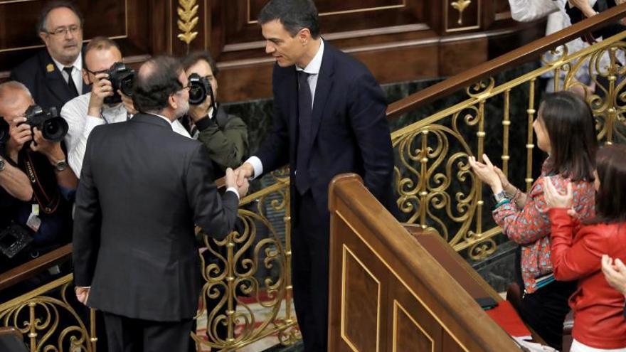 Pedro Sánchez saluda al entonces presidente del gobierno Mariano Rajoy en el hemiciclo del Congreso tras el debate de la moción de censura presentada por su partido.