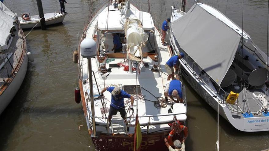 """Los tripulantes del velero """"Pros"""" fueron registrados este lunes a su llegada al puerto de Buenos Aires (Argentina), al sumar un nuevo destino en la recreación de la ruta que hace cinco siglos abrieron los navegantes ibéricos Fernando de Magallanes y Juan Sebastián Elcano."""