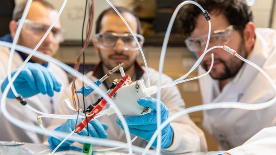 Ingenieros de la Universidad de Toronto operando con el nuevo dispositivo catalizador. / Daria Perevezentsev / U of T Engineering