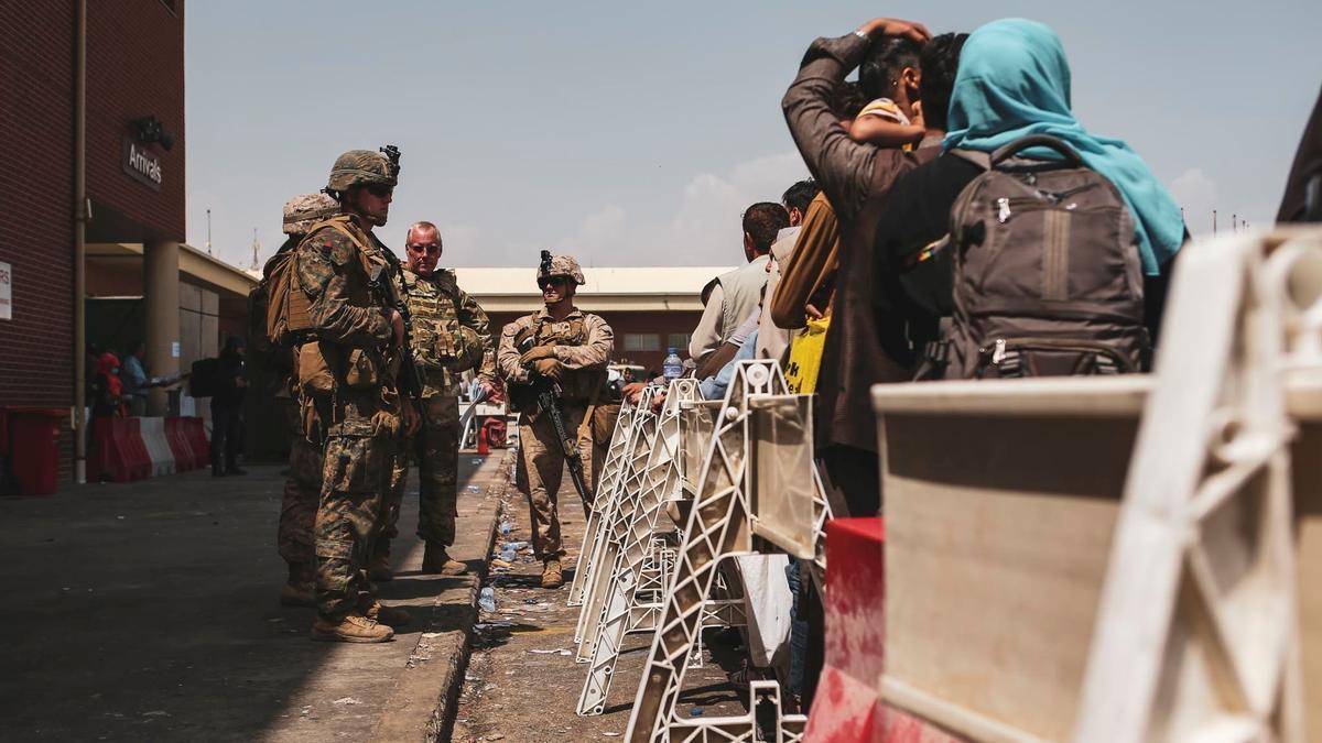Soldados estadounidenses en la entrada del aeropuerto de Kabul