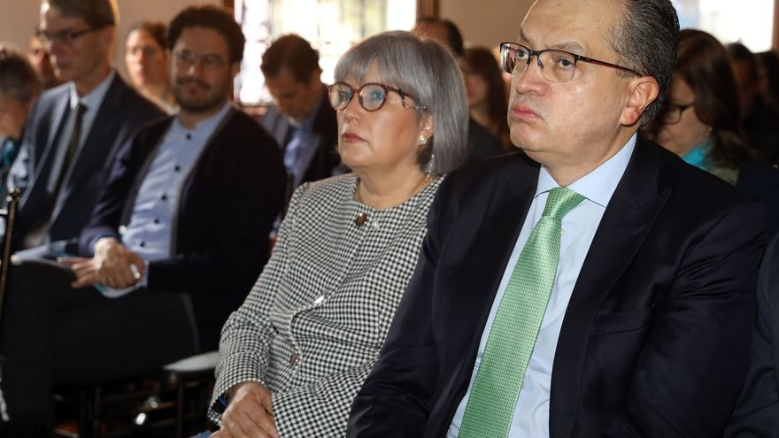 Imagen de archivo del procurador general de Colombia, Fernando Carrillo Flórez (d), y la presidenta de la Jurisdicción Especial para la Paz (JEP), Patricia Linares (c), asisten a la presentación del Informe Anual sobre la situación del país, en Bogotá (Colombia).