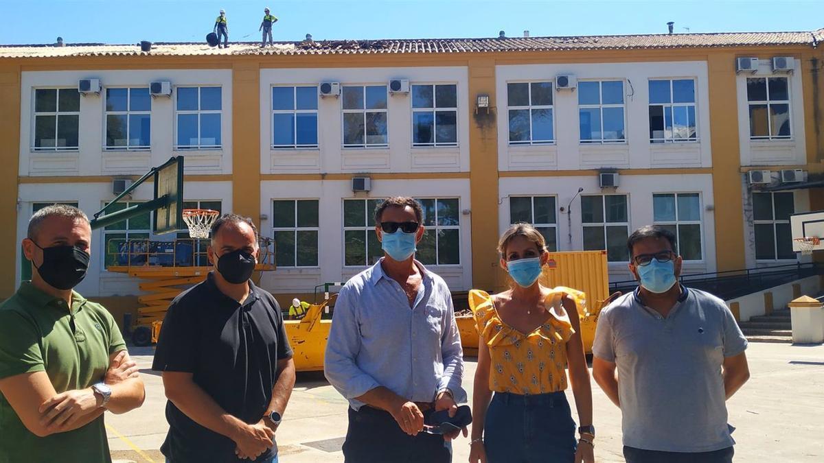 Inmaculada Troncoso visita las obras de retirada de amianto en el Centro de Educación Infantil y Primaria (CEIP) Colón de la capital