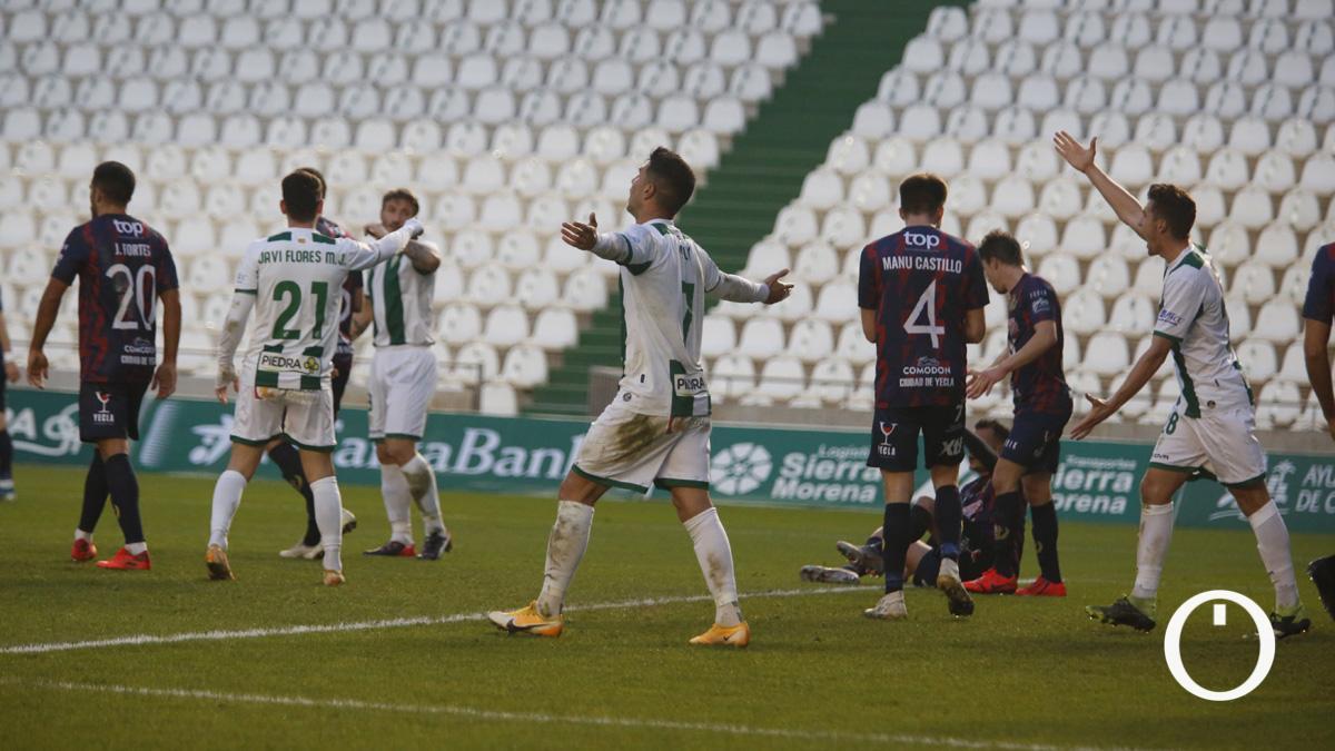 Los jugadores del Córdoba protestan por un gol anulado.