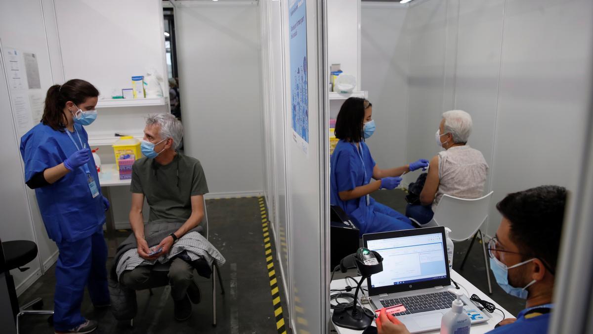 Un grupo de personas esperan a ser vacunadas en Barcelona.