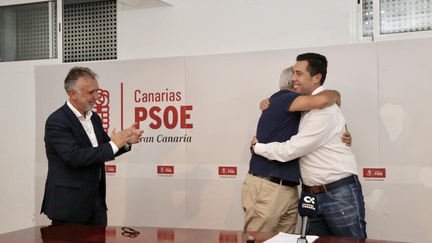 Ángel Víctor Torres aplaude a Sebastián Franquis y a Alejandro Ramos, tras enfrentarse a unas primarias