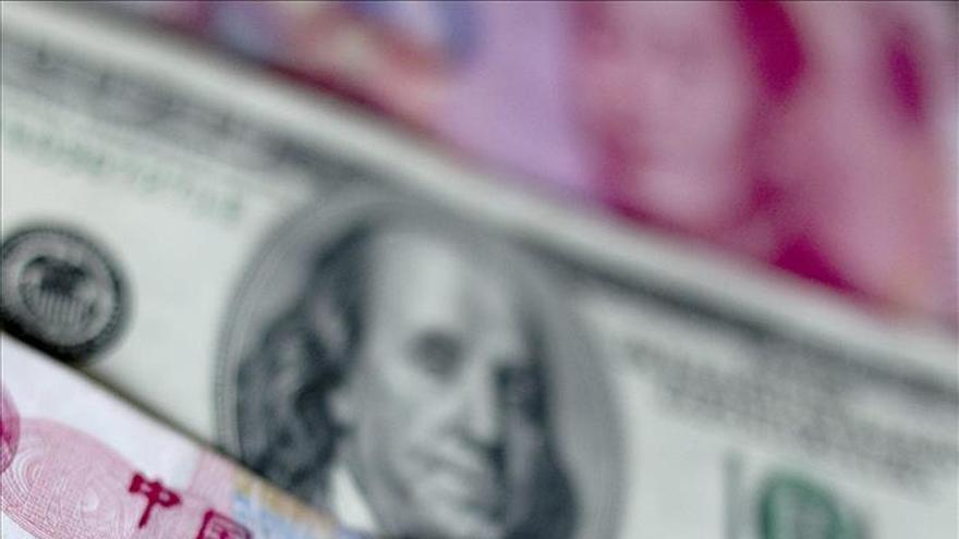 China recibe el alza de tipos de EEUU despegando del dólar un yuan en mínimos