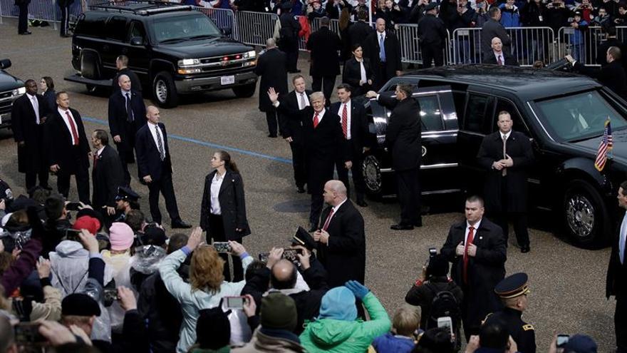 El presidente de Estados Unidos, Donald Trump, se baja de la limusina para caminar por la avenida Pennsilvania, durante el desfile inaugural de su investidura.