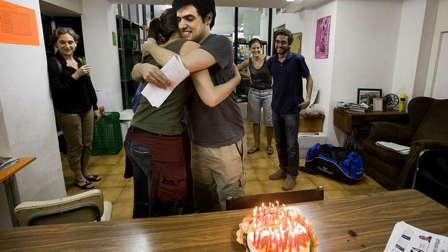 Enric Duran, el Robin Hood de los bancos, abraza a una compañera activista, en una imagen de archivo en la que aparece también Ada Colau. / Carmen Secanella