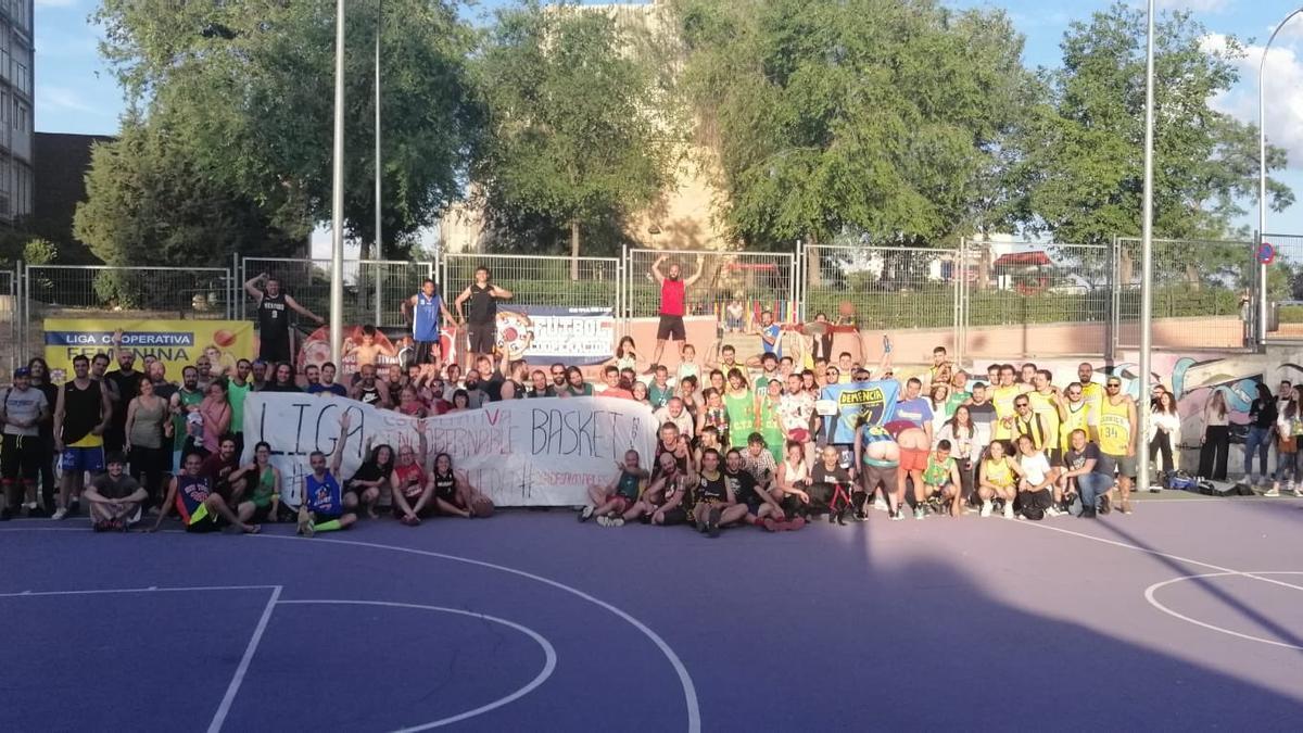 Participantes en la Liga Cooperativa de Madrid, que es autogestionada y se juega en pistas básicas públicas