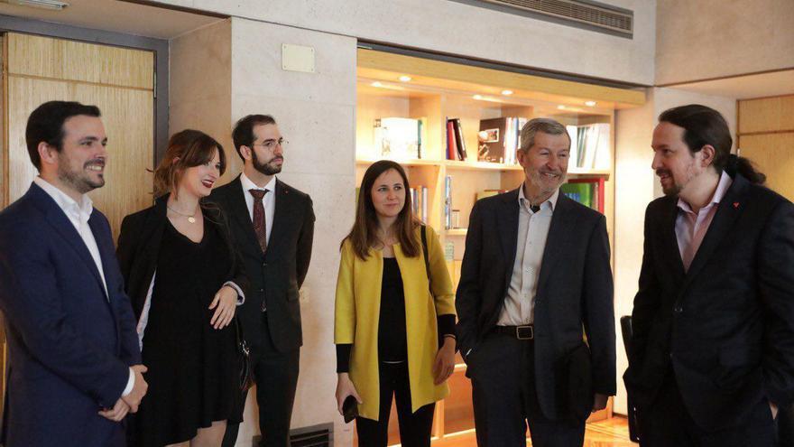 El ministerio de Consumo, Alberto Garzón; su esposa, Anna Ruiz; su director de Gabinete; Desiderio Cansino; la secretaria de Estado de la Agenda 2030, Ione Belarra; el director de Gabinete del vicepresidente de Derechos Sociales, Julio Rodríguez; y el vicepresidente Pablo Iglesias.
