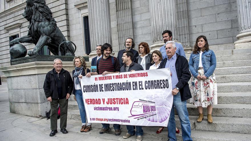 Miembros de En Marea y representantes de las víctimas, ante el Congreso
