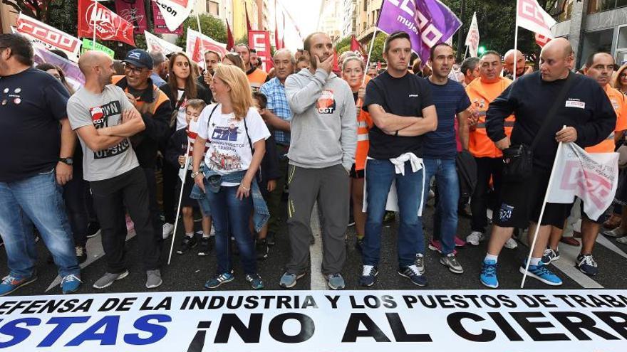 Vista de la manifestación convocada por los sindicatos UGT, CC.OO y CGT para exigir la continuidad de la planta de componentes eólicos que la multinacional Vestas en el municipio leonés de Villadangos del Páramo.