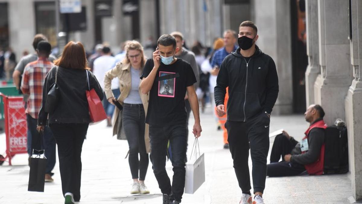 Imagen de archivo de viandantes en una calle de Londres.