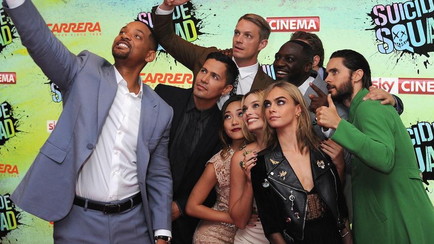 El reparto de Escuadrón Suicida se hace un 'selfie' durante la premiere de la película en Londres