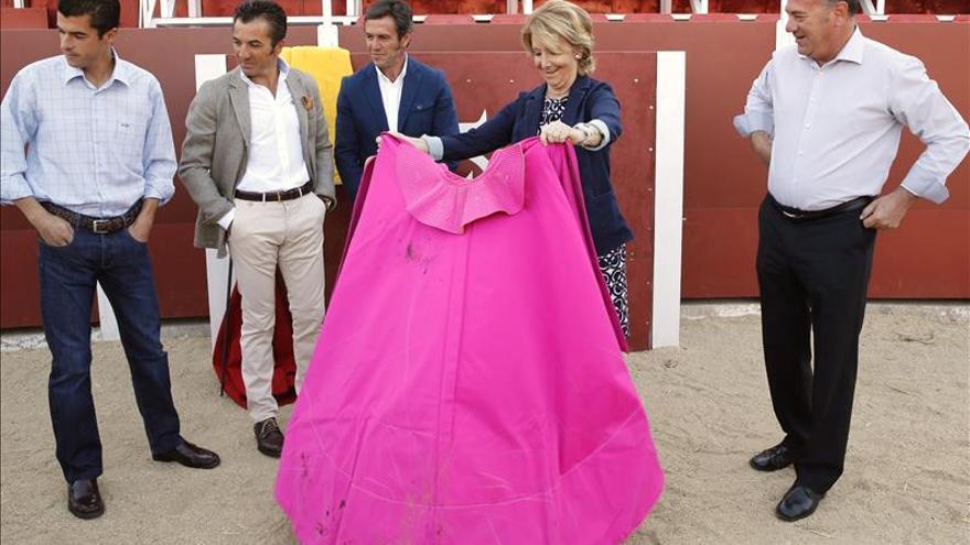 Esperanza Aguirre en su visita a la escuela de tauromaquia Marcial Lalanda/ EFE