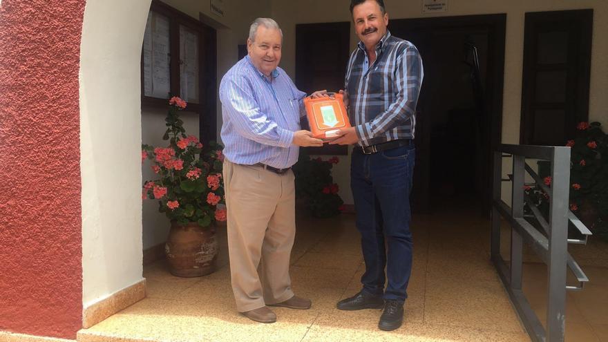 Tomás Barreto, consejero delegado de Spar La Palma, entrega el desfibrilador al alcalde de Puntagorda, Vicente Rodríguez.
