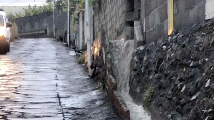 Las lluvias persisten:  empapan y provocan escorrentías  en La Palma