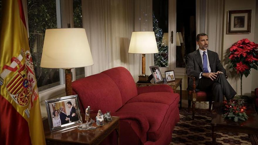 Felipe VI comparece junto a fotos con su familia y un retrato de doña Letizia