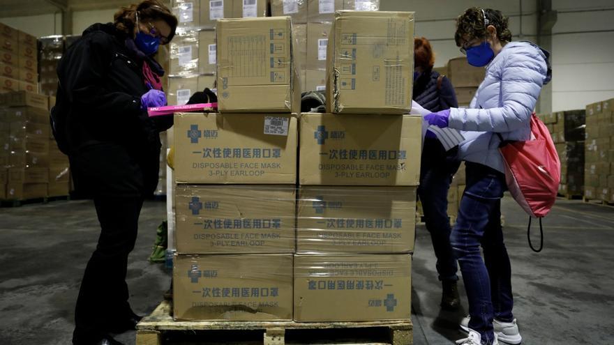 Personal de la Generalitat inspecciona el material recibido desde China.